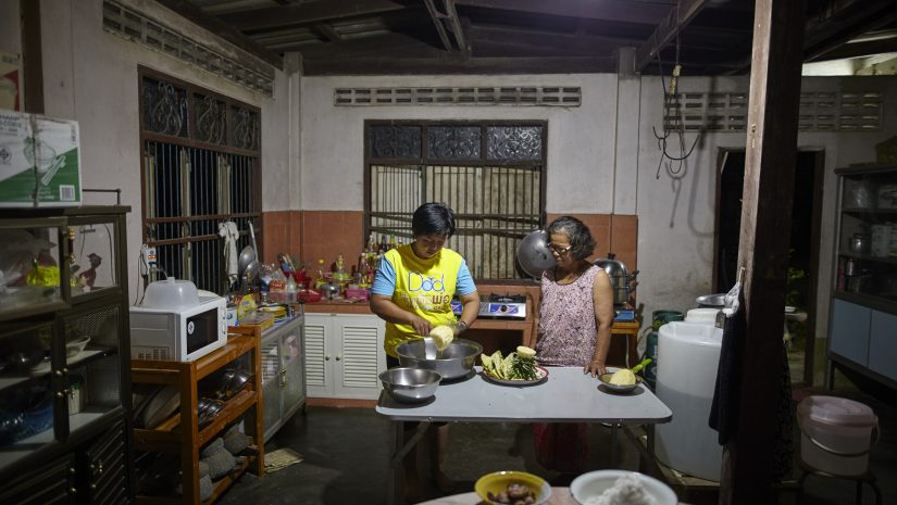 Khun Nipalin kookt met haar moeder in de keuken