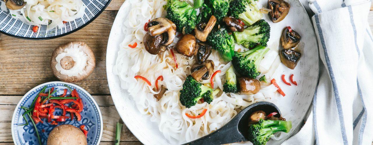 Teriyaki paddenstoelen met rijstnoedels